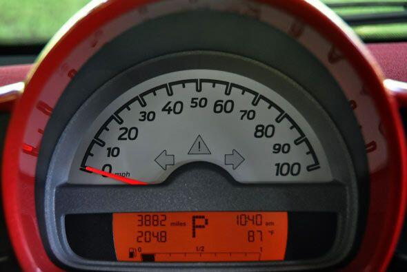 El tablero presenta un reloj análogo acompañado por la computadora de ab...