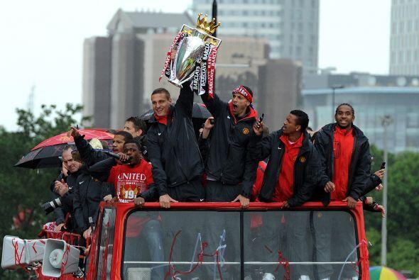 Una vez más, Ferdinand, junto a Nemanja Cidic, sosteniendo la Copa.