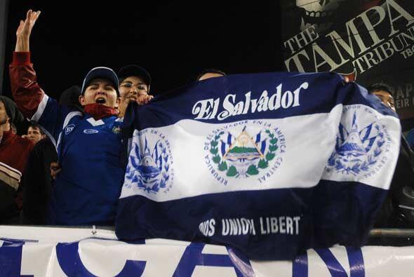 Los salvadoreños, aunque en minoría, también hicieron sentir el apoyo a...