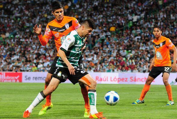 Oribe Peralta.- Un gol del delantero del Santos para rematar al Pachuca,...