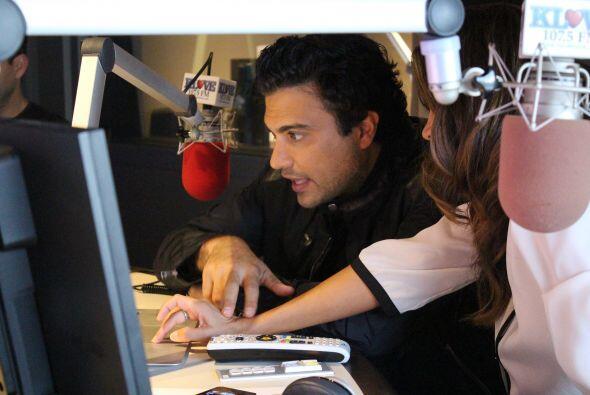 Jaime Camil chechando la página de Facebook de Omar y Argelia...