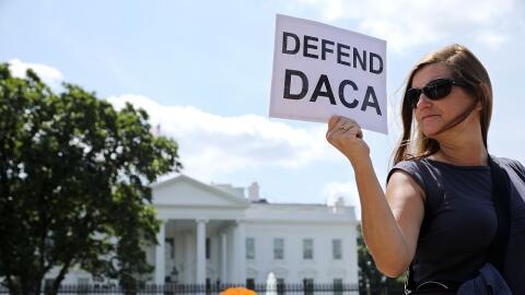 Una activista, frente a la Casa Blanca, con un cartel de defensa del pro...