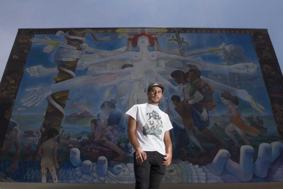 El artista Dhear frente a su mural, en el Hospital Homeopático, en Ciuda...