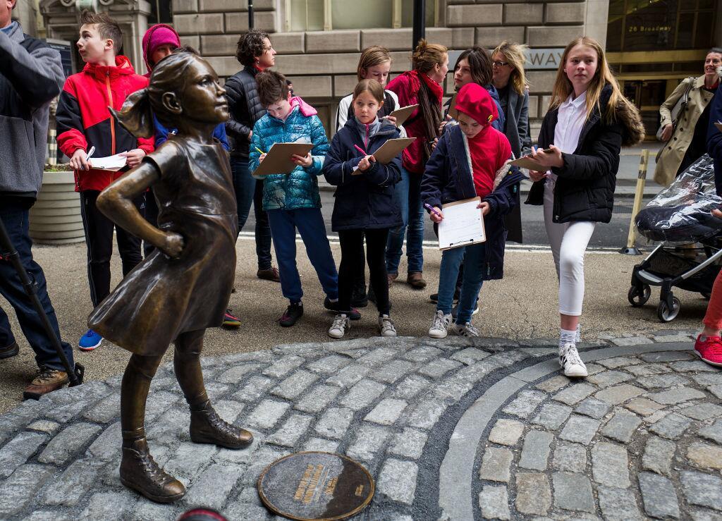 En el Día Internacional de la Mujer, la estatua de una niña desafía al i...