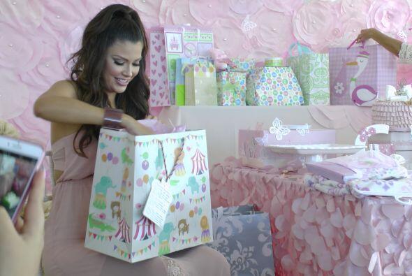 Ana le echo un vistazo a los regalitos que le dieron a su princesa.