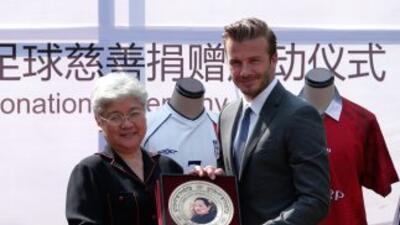 Beckham aceptó este presente de parte de una representante de laChina S...