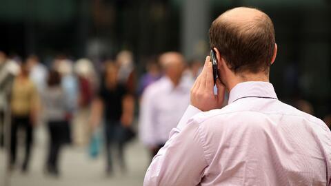 ¿Habla por celular mientras camina en la calle? Aumenta la cifra de muer...