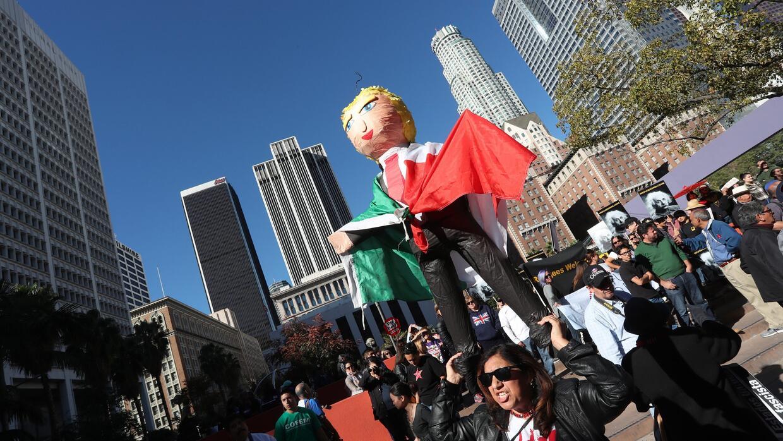 Miles de manifestantes marchan por las calles de Los Ángeles en e...