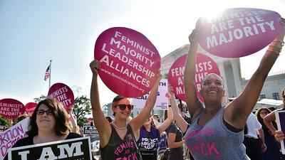 Protestas a favor y en contra del aborto se encuentran en las afueras de...