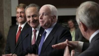 Los senadores Jeff Flake (R-AZ), Charles Schumer (D-NY) y John McCain (R...