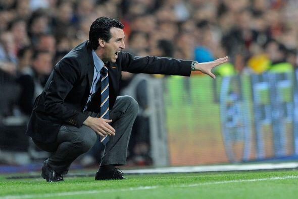 El entrenador visitante Unai Emery estaba al filo del área técnica grita...