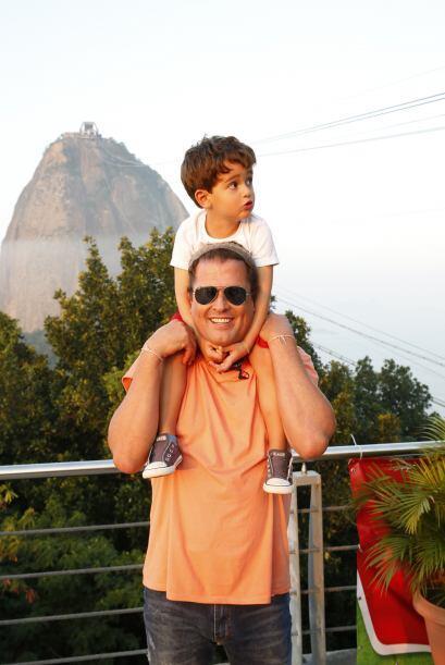 Carlos Vives y su hijo Pedro están fascinados por el ambiente en Río de...