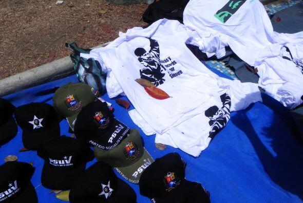 Las gorras y camisetas con la imágen de Chávez y Simón Bolívar están a l...