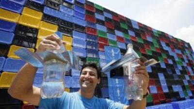 El activista Illa Diaz muestra una bombilla alimentada con energía solar...