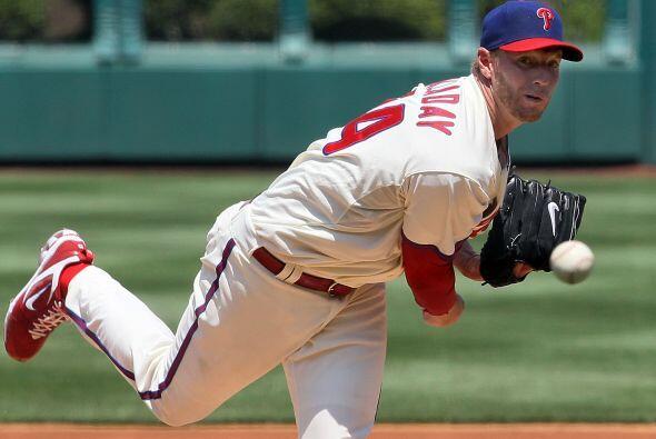 El astro lanzador Roy Halladay, de los Phillies de Filadelfia, gan&oacut...