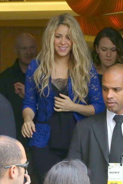 Saliendo de su hotel, se protegía la pancita.