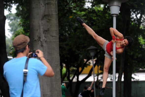 Ahora, un grupo de mujeres bailarinas salieron a robar... las miradas de...