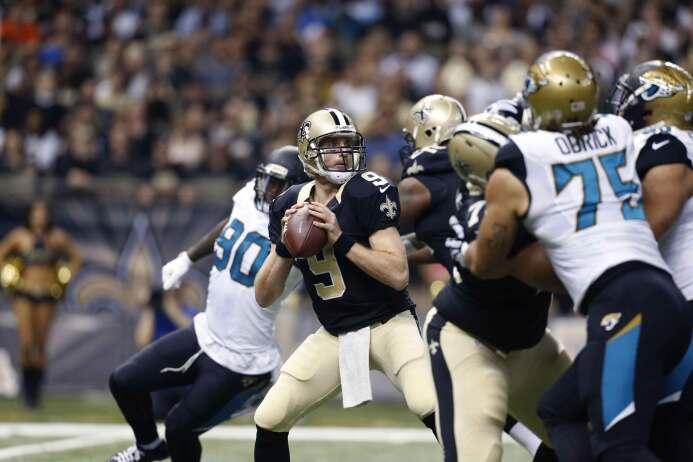Drew Brees acumuló 412 yardas y tres touchdowns para que los Saints cerr...