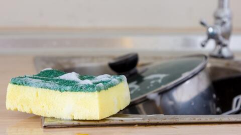 Un reciente estudio encontró que en la esponja de lavar los plato...