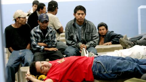 Foto de archivo. Indocumentados detenidos en el cruce fronterizo.