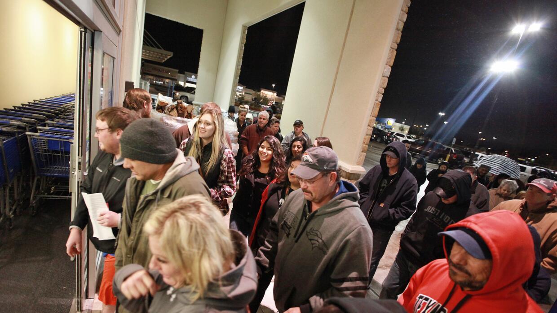 Consumidores corren a la entrada a la tienda Academy Sports+Outdoors