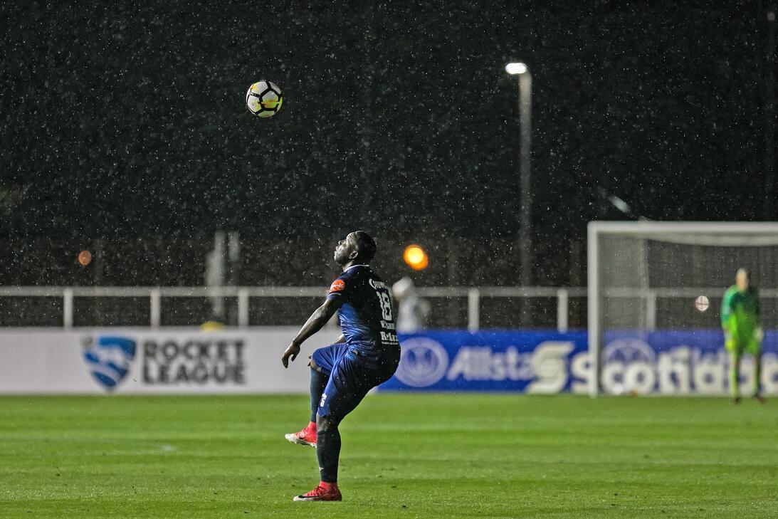 El juego regresó, pero las luminarias del estadio se apagaron y la lluvi...