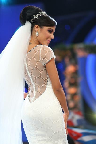 Nabila disfrutó mucho el posar vestida de novia.