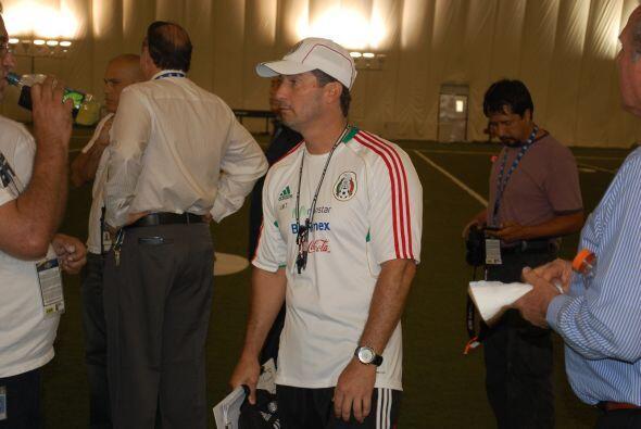 El técnico mexicano José Manuel de la Torre estaba al lado de la zona do...