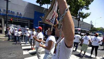Unos 100 estudiantes venezolanos se encadenó este lunes, en rechazo a un...
