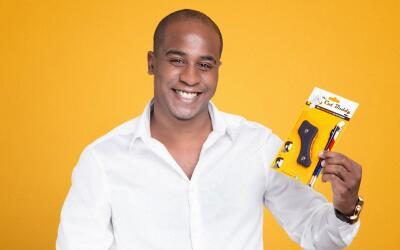 Joshua Esnard es el inventor de una plantilla que ayuda a las personas a...