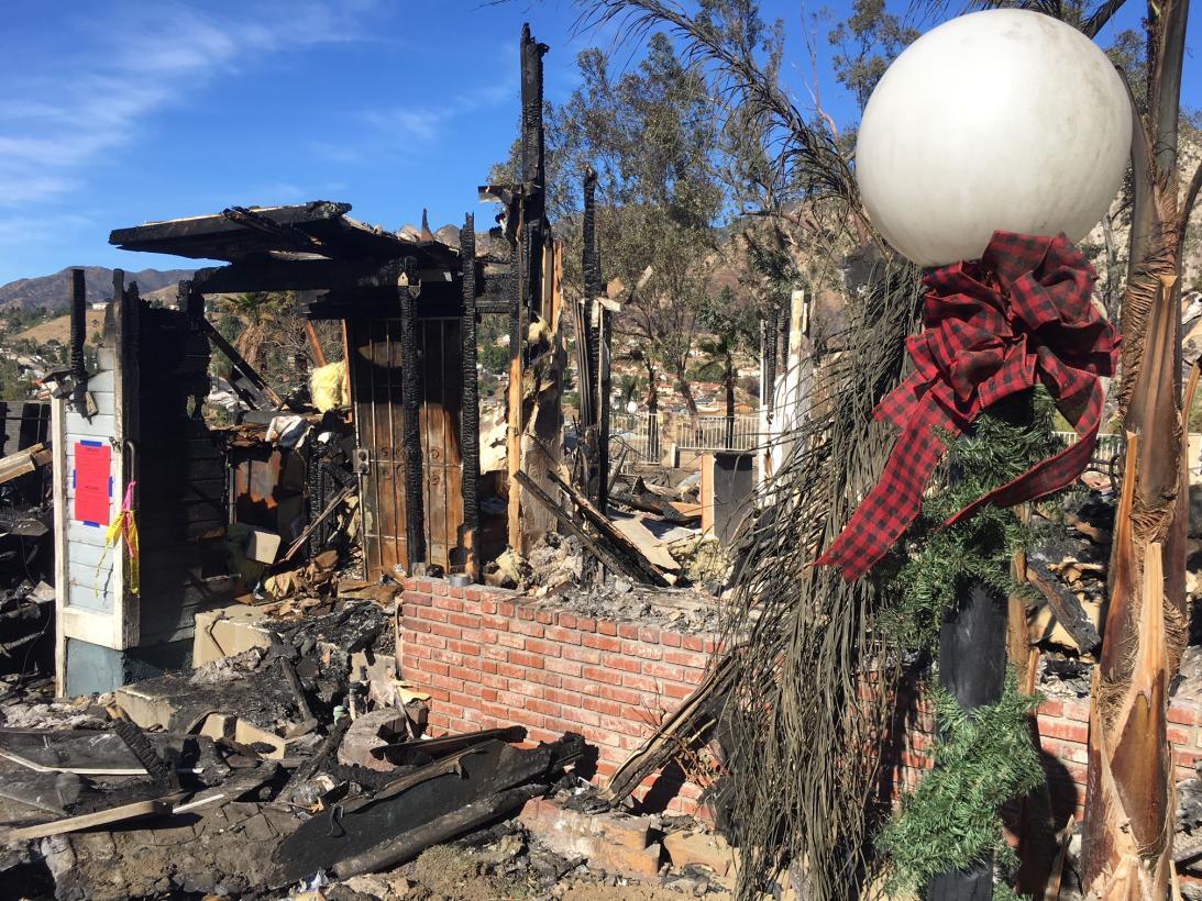 Diciembre en llamas: el fuego cerca casas con decoraciones navideñas en...