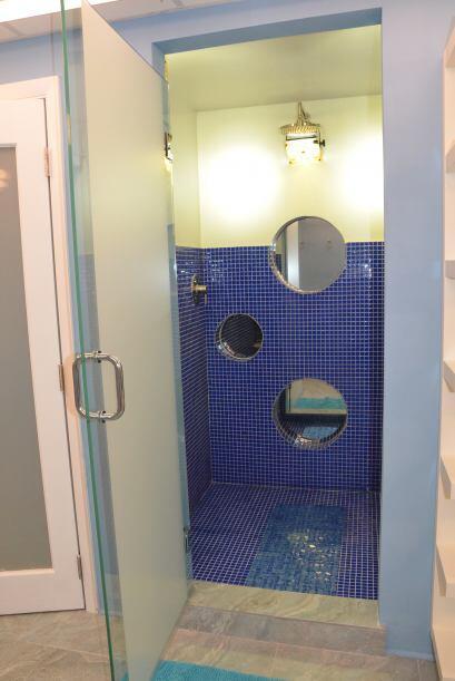 Fue inevitable abrir las puertas del baño. Una ducha sencilla pero...