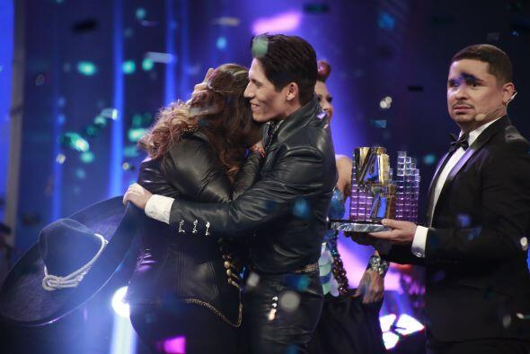 Fernando, segundo lugar, también fue a felicitarla.