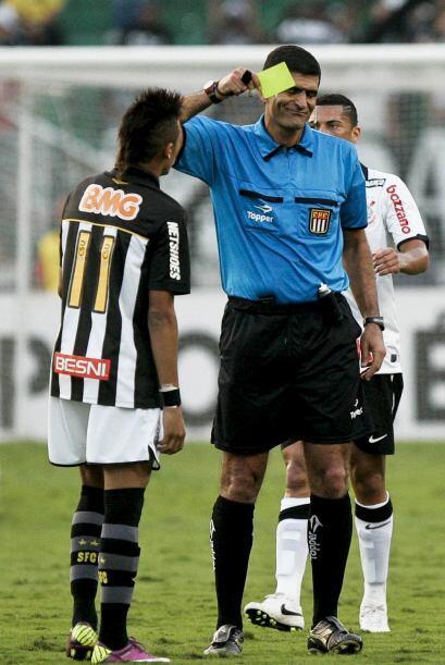 ´Voce e pesado´ parece decirle el árbitro Cleber Abade a Neymar, y le mo...