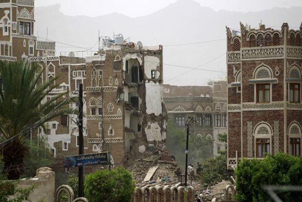 Al menos cinco civiles fallecieron y tres casas se derrumbaron tras vari...