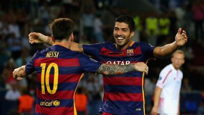 Luis Suárez festeja con Messi un gol en la Liga.