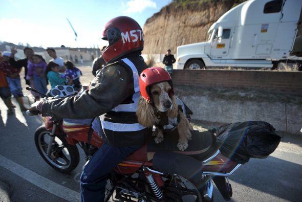 Cientos de guatemaltecos se dieron cita para despedir a los motoristas,...