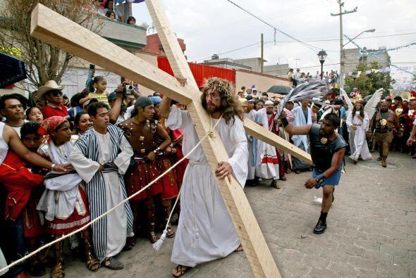 Como parte de las celebraciones de Semana Santa, el viacrucis de Iztapal...
