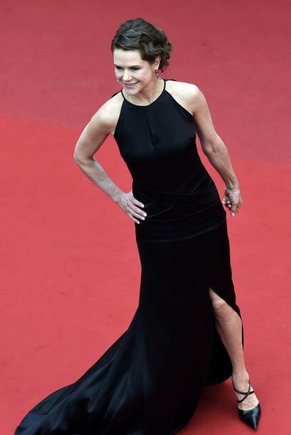 La actriz mexicana Nailea Norvind atendió la alfombra roja con un vestid...