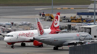 Un avión de Air Berlin se estaciona junto a otro de Niki en el aeropuert...