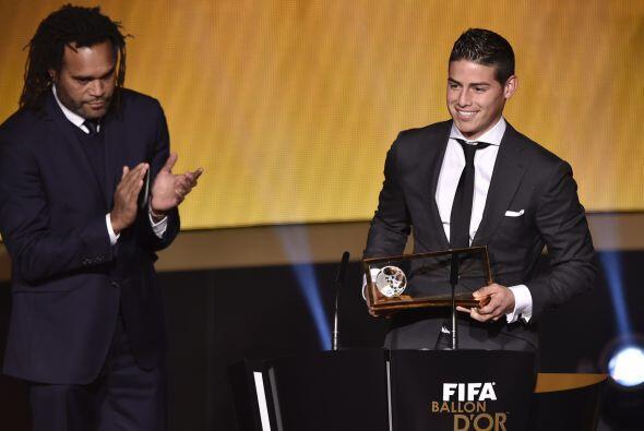 James recibió su galardón de manos del ex futbolista francés Christian K...