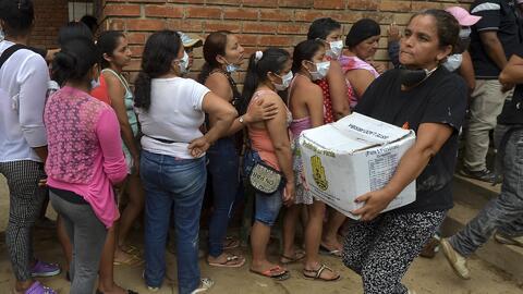 Habitantes del municipio colombiano Mocoa luchan por la comida tras la a...