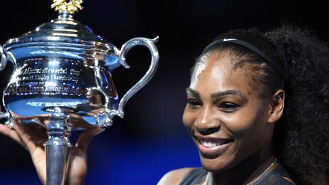 Serena Williams con el trofeo que la acredita como la campeona del Abier...