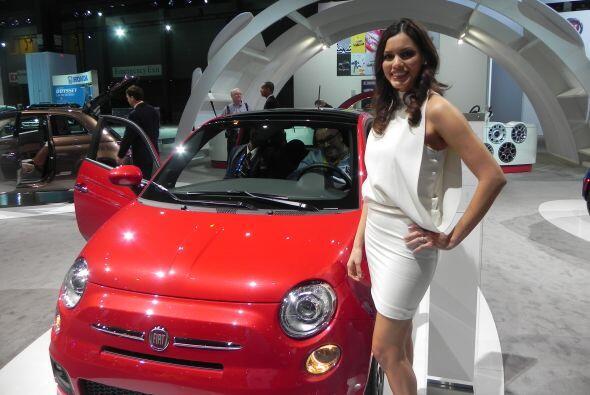 Un modelo Fiat y una chica despampanante, una perfecta combinación.