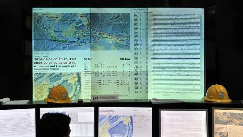 Foto de archivo muestra a sismólogos analizando los datos de un s...