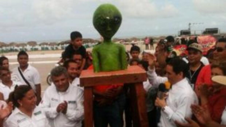 El momento en que el busto del marciano es develado. (Twitter).