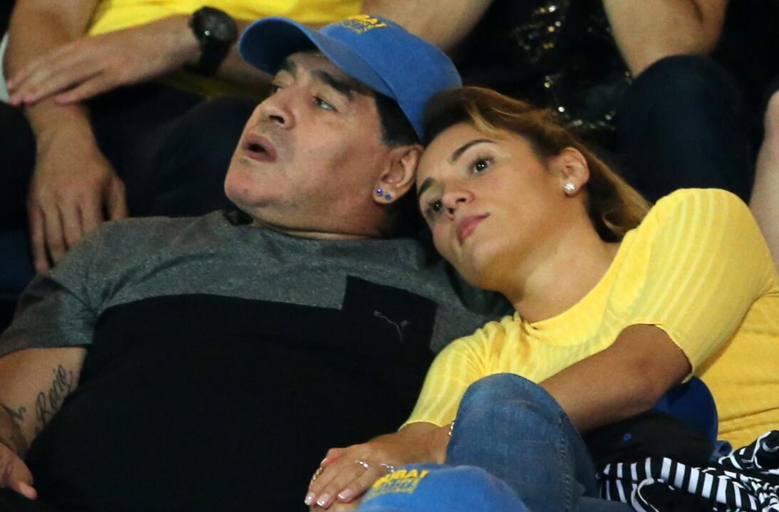 Los 56 años de Diego Maradona, entre la gloria y la controversia Novia.jpg