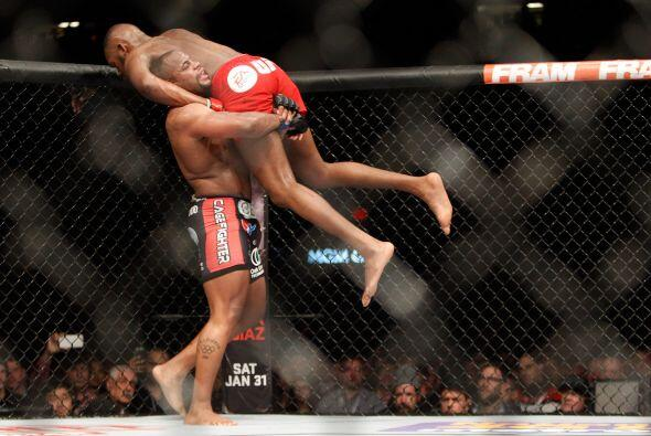 Jon Jones (20-1) vs Daniel Cormier (15-0) en peso semipesado. Jones demo...