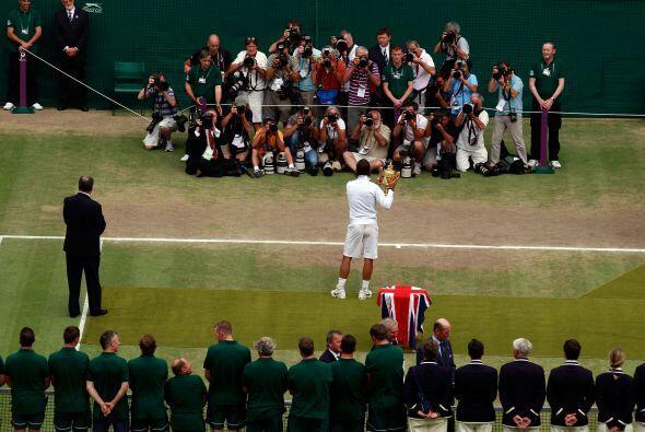 Nadal, rey de Wimbledon 2010, ante las lentes de la prensa internacional.