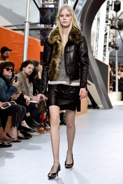 Louis Vuitton presentó algunas prendas de cuero como esta chaqueta.